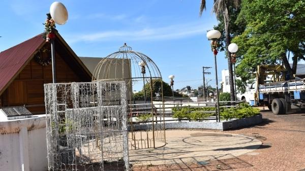 Pontos enfeitados em Adamantina são: praça Elio Micheloni, Paço Municipal, Câmara Municipal, Avenida Rio Branco, Pontilhão, Cristo e Rodoviária (Da Assessoria).