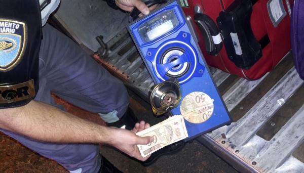 Quase 3 mil cédulas de R$ 50 estavam acondicionados em uma caixa de som, com passageiro de ônibus rodoviário (Foto: Cedida/Polícia Rodoviária).