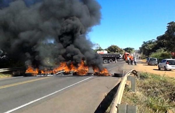 Protesto dos caminhoneiros da SP-294 em Osvaldo Cruz. (Foto: Rádio Metrópole /Cristiano Nascimento).
