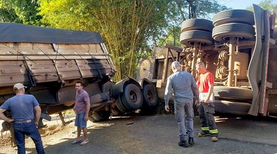 Carreta tombou e fechou o trânsito na rodovia vicinal Tupã/Quatá (Reprodução: Site Tupã Notícias).