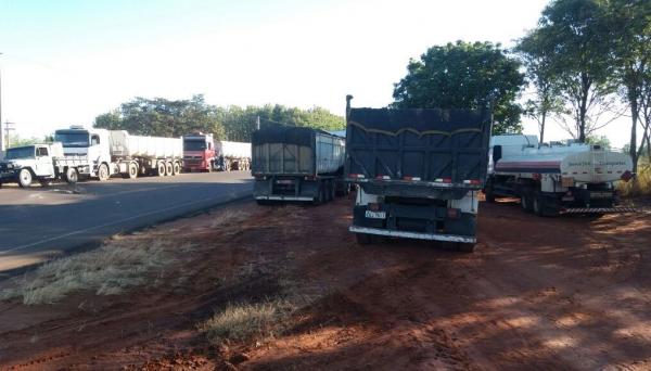 Trecho de paralisação de caminhoneiros, na rodovia vicinal Panorama/Campinal, nesta terça-feira (Foto: Blog Panorama Notícia).