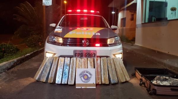 Polícia Rodoviária descobre carregamento de maconha em bagagem de passageira, durante fiscalização a ônibus interestadual, em Adamantina (Cedida/PM Rodoviária).