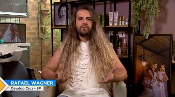 Rafael Wagner, cabeleireiro em Osvaldo Cruz, é um dos participantes do realit Hair, que estrou nesta sexta-feira (14) na Record TV (Reprodução).