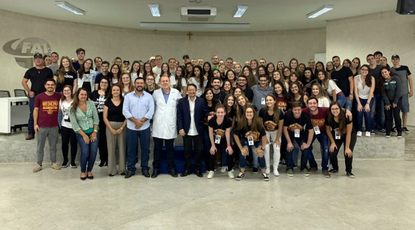 Na manhã desta segunda-feira, os veteranos de Medicina da UniFAI organizaram uma recepção aos calouros do curso no primeiro dia de aulas de 2020 (Foto: Acervo Pessoal).