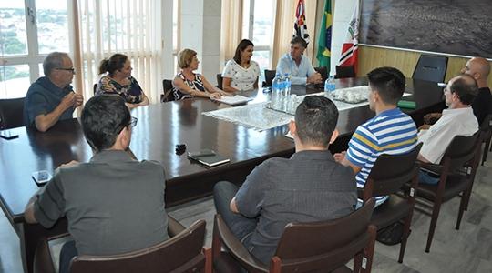 Encontro realizado na tarde desta terça-feira, no gabinete do prefeito Márcio Cardim, com representantes da Rede de Combate ao Câncer, Poder Executivo e Câmara Municipal (Fotos: Da Assessoria).
