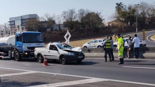 Veículo parado na pista, após ser atingido pela roda que se soltou de caminhão (Acervo Pessoal).
