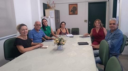 Representantes do Lions Clube com a psicóloga Angela e representantes das Redes Municipal e Estadual de Ensino durante reunião (Fot5o: Assessoria de Imprensa do Lions Clube).