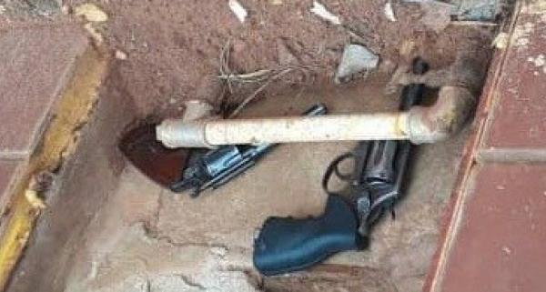 Dentro de uma caixa de cavalete de água foram encontrados dois revólveres de calibre 38, da vigilância do banco (Cedida/PM).