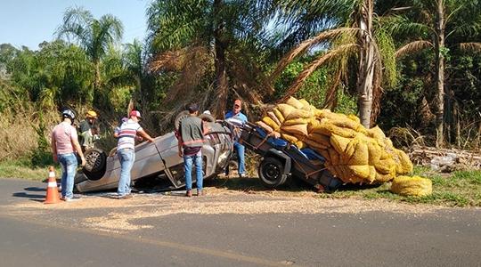 Carro capotou após motorista perder controle de direção do veículo (Reprodução/Site Tupã Notícias).