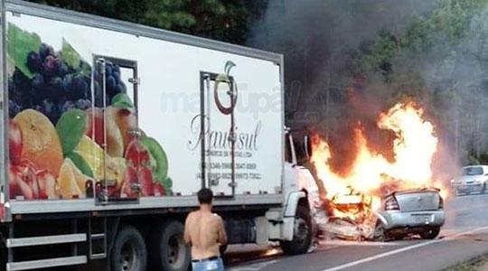 Carro com as duas moradoras de Rinópolis ficou consumido pelo fogo (Reprodução/Site Mais Tupã).