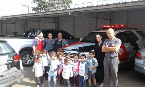 Crianças da EMEI Pequeno Polegar visitam a Polícia Militar em Adamantina, em atividade ligada ao Dia do Soldado (Fotos: Cedidas/PM).