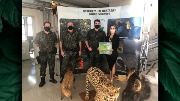 Agentes da PM Ambiental liderados pelo capitão Cacciari (terceiro) e a juíza Ruth Duarte Menegatti (Divulgação/PM Ambiental).