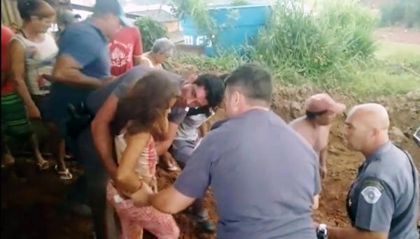 Momento em que menina foi resgatada pelos policiais (Fotos: Reprodução).