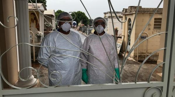 Trabalhadores do Cemitério da Saudade, em Adamantina, usam proteção especial para o sepultamento em casos de óbitos positivos ou suspeitos para Covid-19 (Foto: Siga Mais).