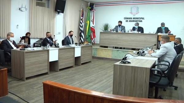 Plenário da Câmara Municipal de Adamantina nesta segunda-feira (5), durante a sessão ordinária (Reprodução/Câmara Municipal).