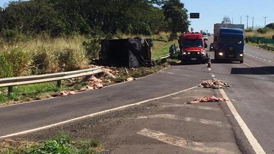 Caminhão tombou na Rodovia Comandante João Ribeiro de Barros (SP-294), altura de Parapuã (Reprodução/Portal Regional/Dracena).