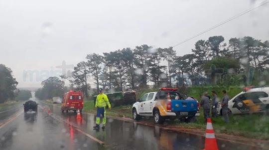 Caminhão tombou na SP-294. Chovia no momento do acidente (Foto: Diego Pereira/Mais Tupã).