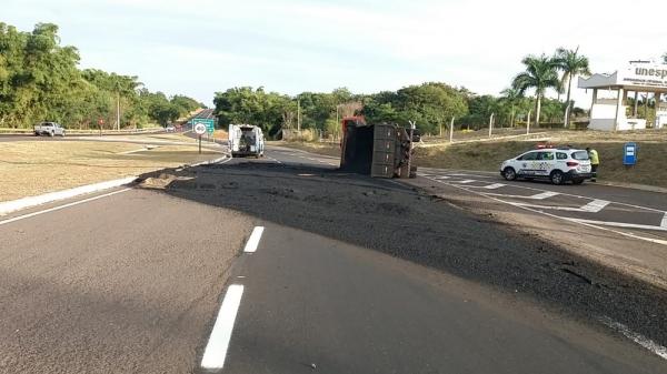 Caminhão tombou e esparramou carga de fresa de asfalto na pista (Foto: PM Rodoviária).