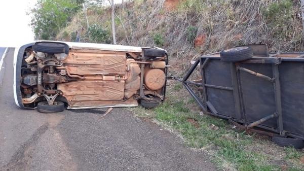 Veículo tracionava uma carretinha (Foto: PM Rodoviária).