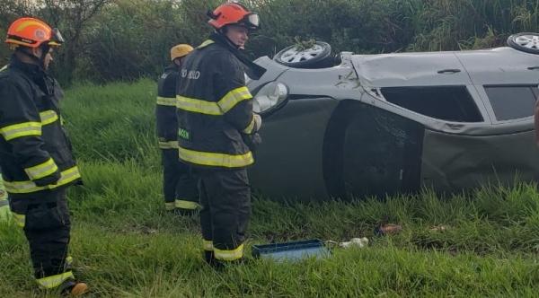 Carro com cinco ocupantes capotou. Vítimas foram socorridas pelo Corpo de Bombeiros (Reprodução: Tupaense Notícias).