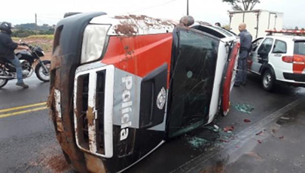 Viatura tombou na vicinal Osvaldo Cruz/Salmourão (Foto: Reprodução/Site Ocnews).