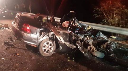 Vectra ficou destruído com o acidente. Veículo estava na contramão e atingiu ônibus em choque frontal (Fotos:  Wagner Bueno/Portal Bueno).