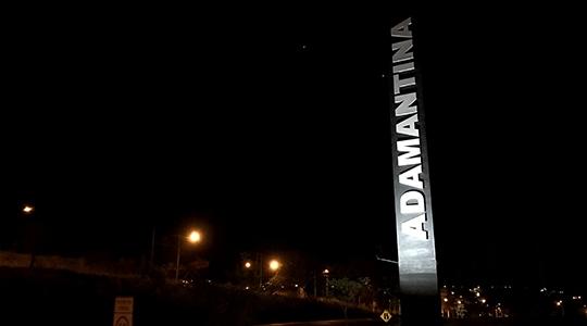 Totem foi recuperado e reinstalado pela Prefeitura de Adamantina, às margens da SP-294 (Foto: Siga Mais).