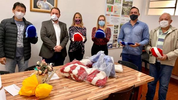Toucas produzidas pelas reeducandas foram recebidas pela clínica PAI Nosso Lar (Divulgação/PAI  Nosso Lar).