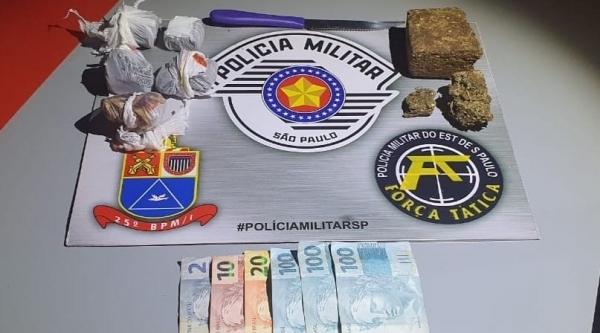 Droga apreendida pela Força Tática, após denúncia anônima. Homem de 32 aos foi preso por tráfico (Cedida/PM).