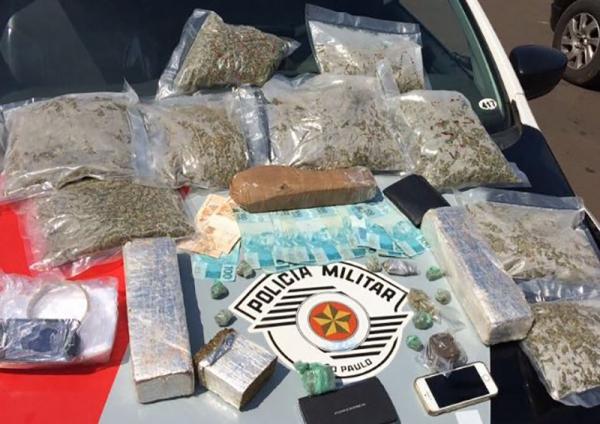 Polícia Militar prende três pessoas e apreende grande quantidade de drogas em Adamantina. (Foto: Cedida/PM)