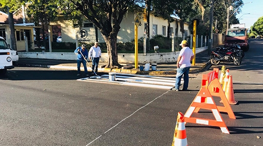 Equipe faz pinturas escalonadas, a cada trecho, onde interdita temporariamente a área de trabalho (Foto: Da Assessoria).