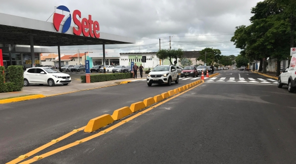 Com os novos segregadores, a entrada e saída ao estabelecimento passam a ser feitos somente no sentido bairro-centro, sem a possibilidade de transpor a Avenida Rio Branco (Foto: Siga Mais).
