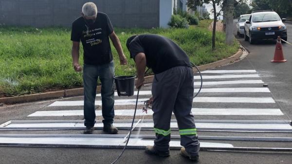 Pintura da faixa de pedestre recebe a aplicação da microesfera de vidro refletiva com objetivo de dar mais visibilidade à demarcação viária no solo (Da Assessoria).