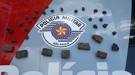 Droga apreendida pela Polícia Militar, na tarde desta segunda-feira. Duas pessoas foram presas em flagrante, autuadas por tráfico de drogas (Foto: Cedida/PM).
