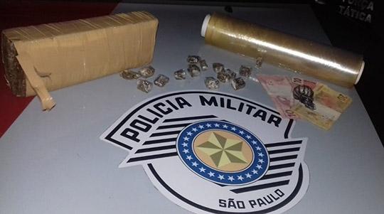 Droga (maconha e cocaína) localizada pela Polícia Militar com traficante, no bairro Mário Covas (Foto: Cedida/PM).
