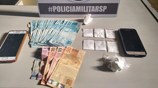 Droga, dinheiro e celulares foram apreendidos na operação. Três pessoas foram presas (Foto: Cedida/PM).