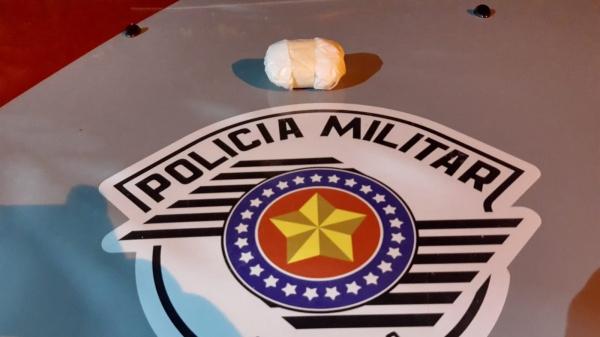 Droga encontrada com o homem pesou cerca de 42 gramas. Acusado e tráfico foi preso em flagrante (Cedida/PM).