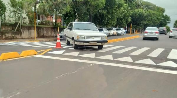 Mesmo com os novos segregadores o problema reaparece: motorista é flagrado fazendo a transposição da via pela lombofaixa (Cedida).