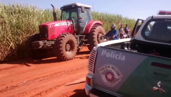 Trator foi localizado em Flórida Paulista, na estrada rural que que liga o distrito de Indaiá do Aguapeí ao bairro Lagoa Seca, em Adamantina (Foto: Cedida/Polícia Ambiental).