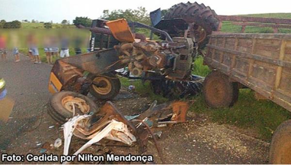 VW Saveiro e trator Valtra se envolvem em acidente na vicinal Iacri-Rinópolis (Foto: Nilton Mendonça/Reprodução Bastos Já).