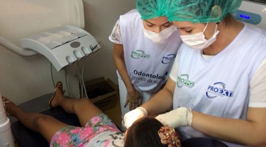 Aproximadamente 50 alunos do 10º termo do curso atendem os pacientes, em duplas, sob a supervisão de quatro professores (Arquivo/UniFAI).
