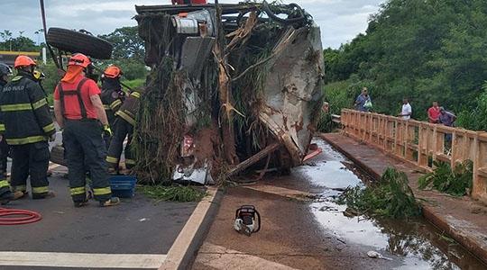 Ônibus foi içado com ajuda de guindaste. Três passageiros do coletivo e as duas ocupantes da moto morreram com o acidente (Reprodução: VotuporangaTudo)
