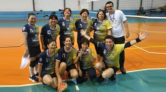 Na grande final, as atletas adamantinenses venceram a equipe de Parapuã por 2 sets a 0 (Divulgação).