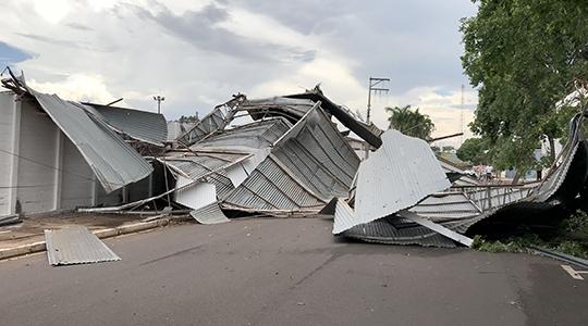 Os ventos atingiram a cobertura metálica que foi lançada para a Rua Walter Meneghin, área externa no Recinto Poliesportivo (Fotos: Siga Mais).