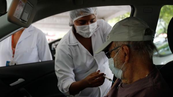 Os pesquisadores apontam que os resultados de queda da mortalidade encontrados são compatíveis com o efeito protetor da primeira dose e deve aumentar a partir da segunda (Tânia Rêgo/Agência Brasil).