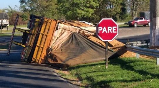 Carga de amendoim ficou esparramada, após caminhão tombar na SP-294 (Reprodução/Site Tupã Notícias).