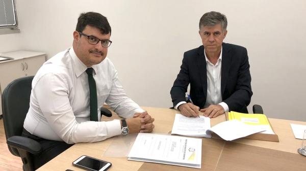 Pedro Leitão Magyar, representante da Agência Desenvolve SP, e prefeito Márcio Cardim, na assinatura do contrato (Foto: Cedida).