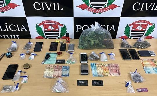 Drogas, dinheiro e celulares, além de um carro, foram apreendidos pela Polícia Civil em Adamantina, com estudantes (Foto: Cedida/Polícia Civil).