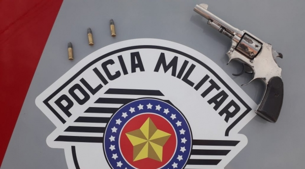 Arma e munições encontrados na mochila do motociclista (Cedida/PM).
