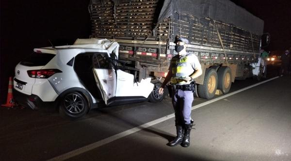 Carro Hyundai Creta atingiu a traseira do caminhão na SP-425 (Cedida/PM Rodoviária).